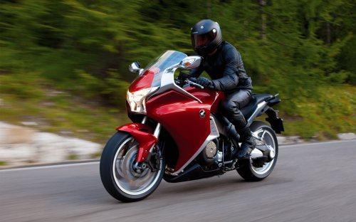 شرکت شتاب پلیمر قم | تولید کننده انواع کلاه ایمنی موتور سیکلت در رنگ ها و مدل های مختلف